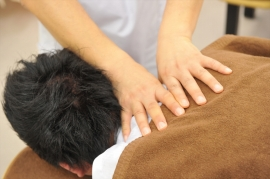 頭、首、背骨へと流れる関節内のズレを手技で揉みほぐし、さらに痛みの変化を調べます