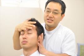 超音波エコーで、肋膜の硬化など具体的な痛みの原因を探ります。テーピング、ストレッチ、手技によるマッサージなどの施術をして反応を聞きながら、痛みの変化を確認します