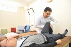 安静中のひざの痛みは、座る姿勢や体重のかけ具合で変わります。痛みを感じさせるスイッチを刺激する姿勢や体位を見極め、痛みを感じない姿勢を指導します