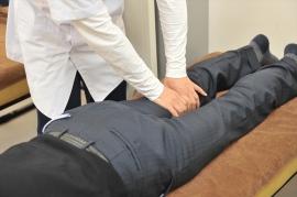 超音波エコーで、ひざ周りの筋肉硬化など具体的な痛みの原因を探ります。痛みが出る方向性や動かし方などを確認し、テーピング、ストレッチ、手技によるマッサージなどの施術をします