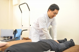 ひざの周囲だけでなく、腰の動かし方や歩き方など、トリガーポイントになる可能性のある部位を判別し、改善につなげます