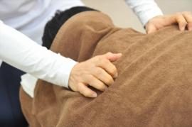 肩関節の動きは背中や背骨と連動しています。これらの関節内にズレが生じると安静時でも痛みを感じます。触診し手技での揉みほぐしを施し、テーピングなどで痛みの変化を調べます
