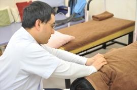 超音波エコーで、肩の周りの浅い部分・深い部分の筋肉の様子を確認し、痛む箇所を見極めます。痛みが出る方向性や動かし具合などテーピング、ストレッチ、手技によるマッサージなどの施術をして痛みの変化を確認します