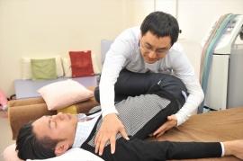 スーパーライザーなどを使って、肩の痛みを感じる神経が落ち着いていく度合いを診断します。「10だった痛みがどの程度楽になりますか?」など、患者さんの痛みを共有できるようにします